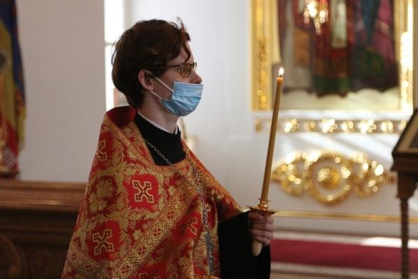 В воскресный день учащиеся семинарии молились за богослужением в кафедральном соборе Вологды