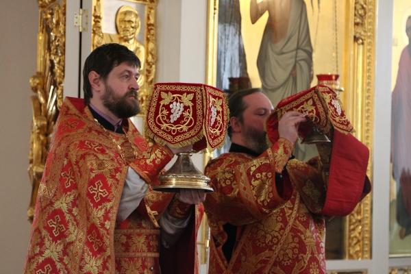 Студенты Вологодской семинарии молились за воскресным богослужением